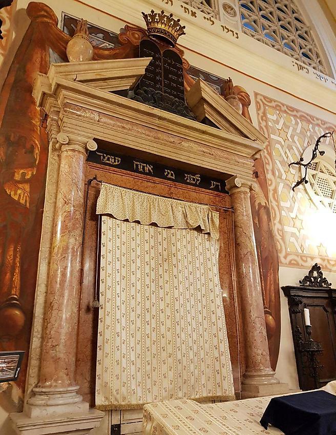 מבט על ארון הקודש העתיק בבית הכנסת בעיר ורונה (צילום: אילת מאמו שי)