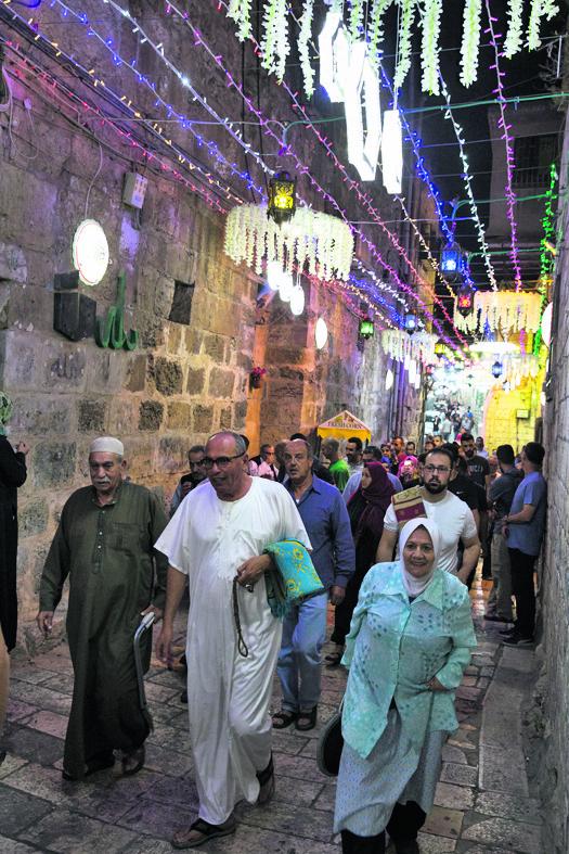 ירושלים. בדרך לתפילת הלילה