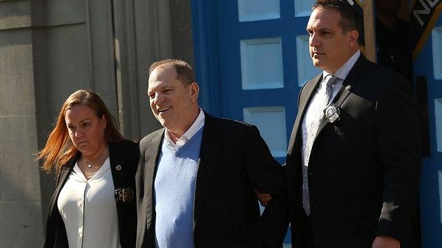 הארווי ויינשטיין יוצא מתחנת המשטרה (צילום: AFP)
