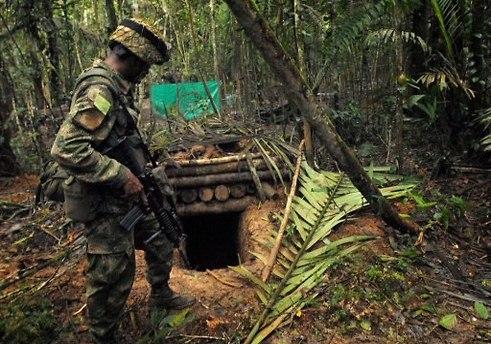 חייל מצבא קולומביה במחנה FARC בלב הג'ונגלים (צילום: AFP)