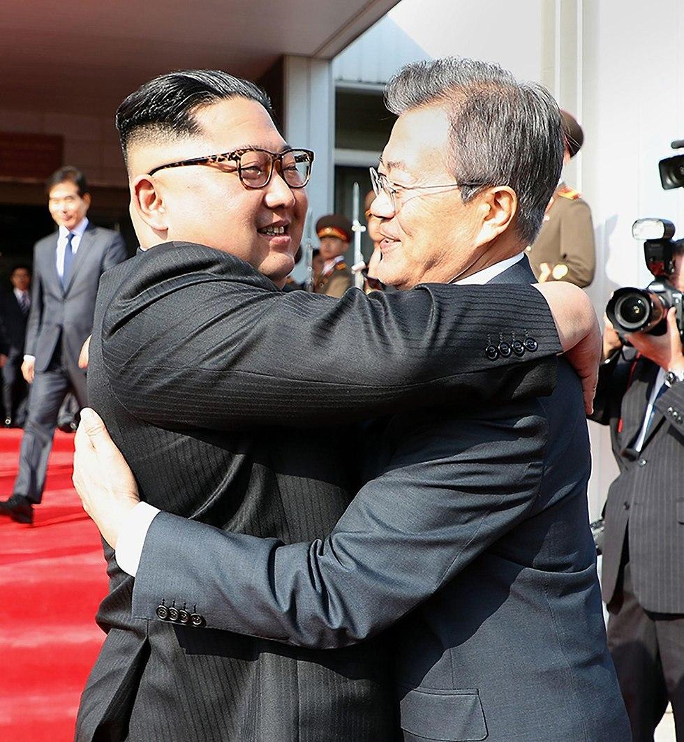 מנהיג צפון קוריאה קים ג'ונג און פגישה עם נשיא דרום קוריאה מון ג'יאה אין (צילום: AFP )