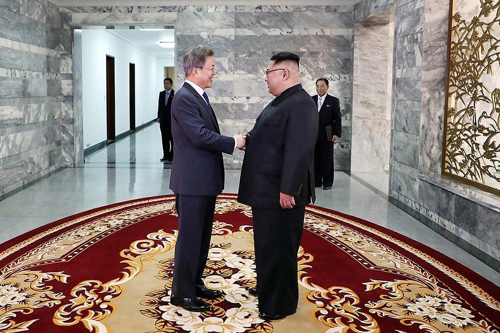 מנהיג צפון קוריאה קים ג'ונג און פגישה עם נשיא דרום קוריאה מון ג'יאה אין (צילום: EPA)