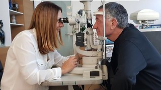 קשישים בבדיקת ראייה (צילום: עמותת