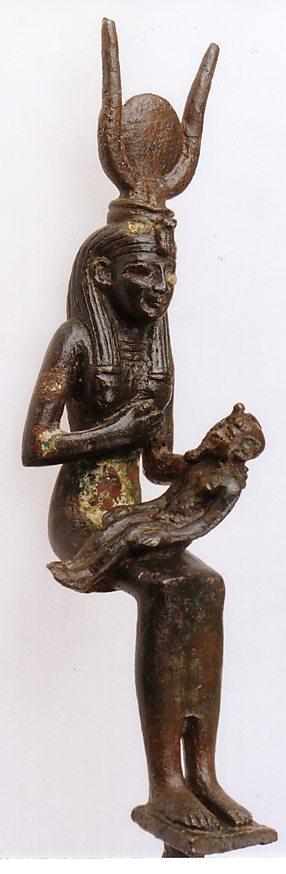 """פסלון של איסיס המניקה את בנה הורוס (ברונזה, מצרים. 712–332 לפנה""""ס בקירוב) (באדיבות מוזיאון ארצות המקרא ירושלים. צלם: דוד הריס)"""