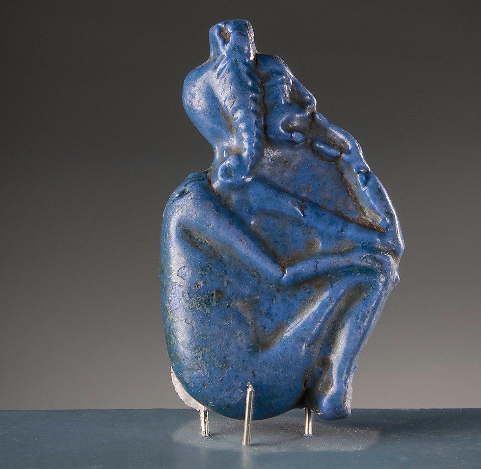 קמיע כחול בדמות ילד, המייצג כפי הנראה את אל השמש התינוק (פאיינס, מצרים. 1550–1292 לפנה