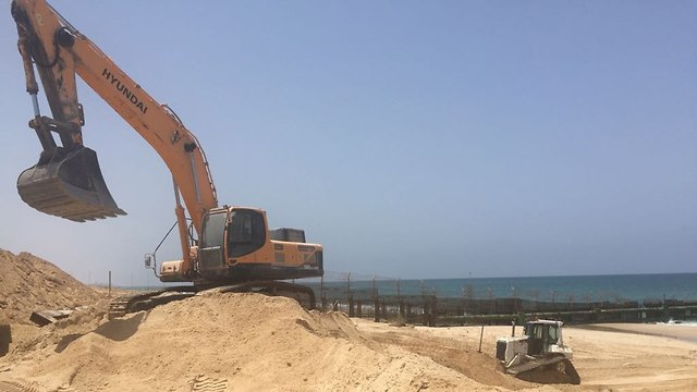 The sea barrier being built near the Zikim Beach  (Photo: Defense Ministry)