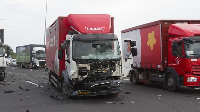 זירת התאונה בכביש החוף (צילום: עידו ארז)