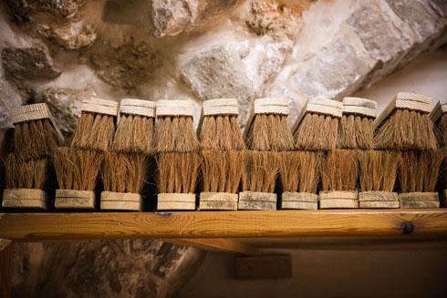 חומרי הגלם של המטאטאים שימשו גם למוצר החדש (צילום: קרן רוזנברג)