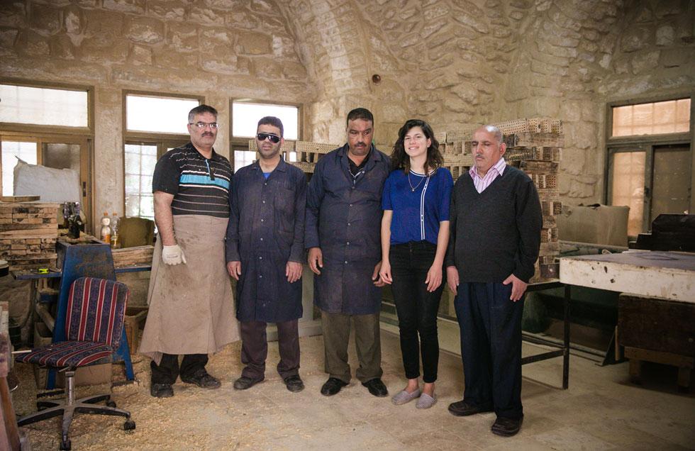 בר הורוביץ עם שותפיה לפרויקט, בעלי המלאכה של אגודת העיוורים בעיר העתיקה. משמאל לימין: אבו-בלאל, טאהר, סאמיר, בר ואבו-עלי (צילום: קרן רוזנברג)