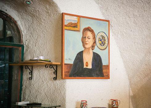 דיוקן עצמי של מארי בליאן, שתלוי במפעל המשפחתי (צילום: קרן רוזנברג)