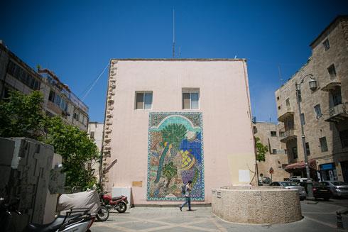 ההשראה: ''רזי גן עדן'', יצירתה של מארי בליאן, שמתנוססת על קיר בניין ברחוב כורש מרכז ירושלים (צילום: קרן רוזנברג)