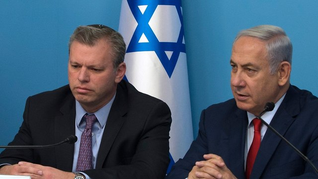 Director-General Groner (L) and PM Netanyahu. Groner told the premier he was leaving his post at the end of the Knesset's summer session (Photo: Amit Shabi)