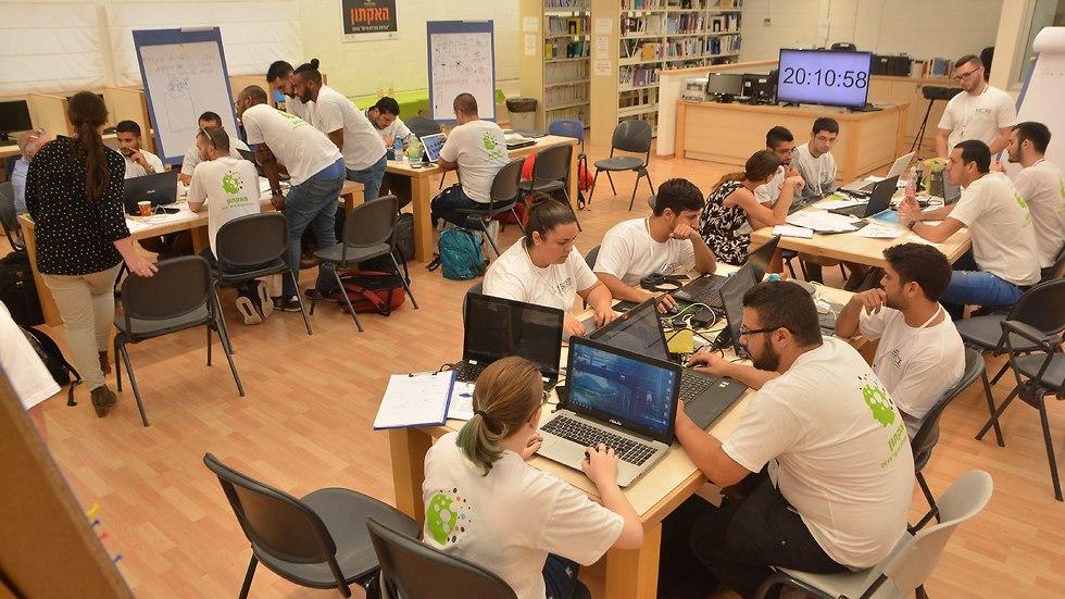 סטודנטים בהאקתון במכללת סמי שמעון (צילום: יובל קנר)