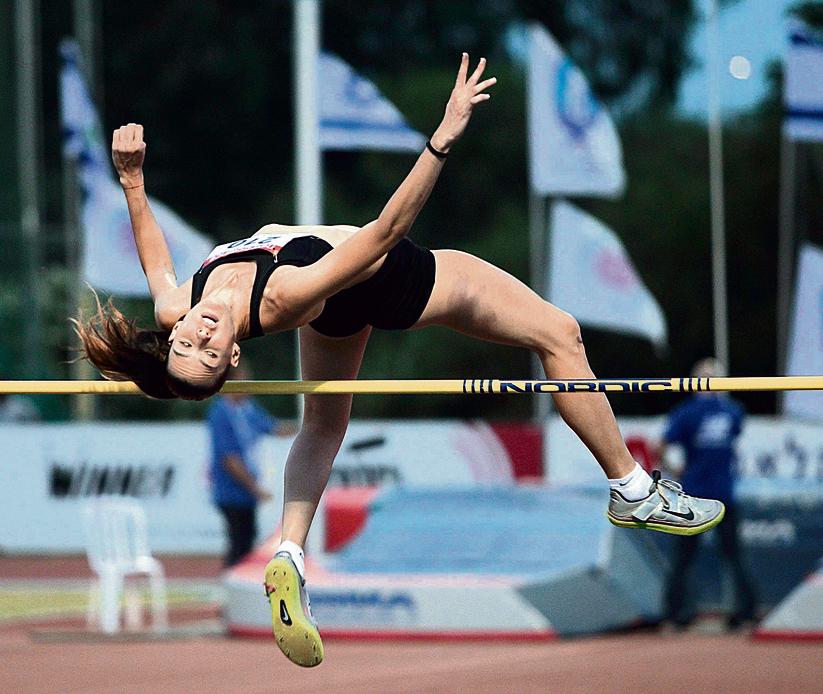 """פרנקל, באליפות ישראל באתלטיקה. """"ספורטאים אומרים שצריך לעשות 10,000 קפיצות כדי שהגוף יבין"""""""