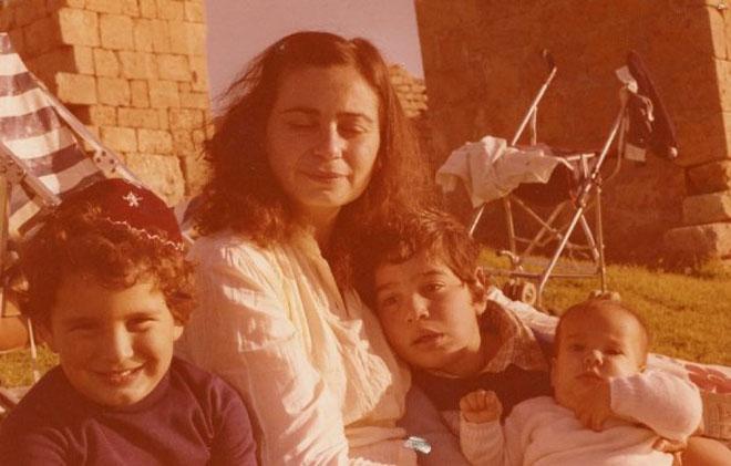 """עם אמה ואחיה הגדולים. """"מקור לתמיכה בלתי פוסקת"""" (צילום: מתוך אלבום פרטי)"""
