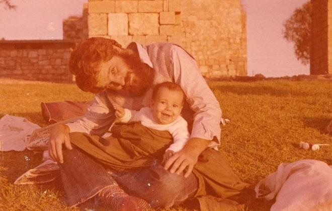 """רחל נתנאלי כתינוקת, עם אביה. """"חזר בתשובה בעקבות מצבו של אחי"""" (צילום: מתוך אלבום פרטי)"""