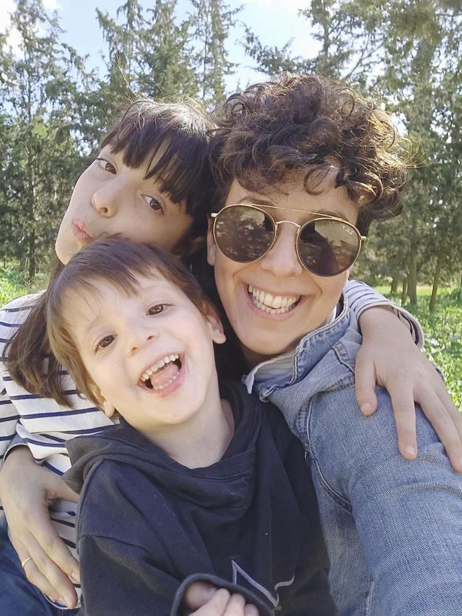 """עם ילדיה, ליה ולביא. """"לא אמא חרדתית"""" (צילום: רחל נתנאלי)"""