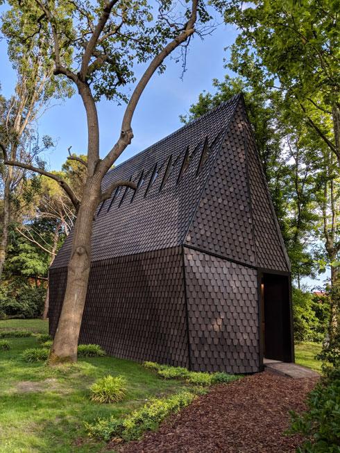זהו ביתן הנושא של התערוכה, עם מודל מוקטן של קאפלת העץ השוודית שנכללת ברשימת אתרי המורשת של אונסקו (צילום: מנור בראון)