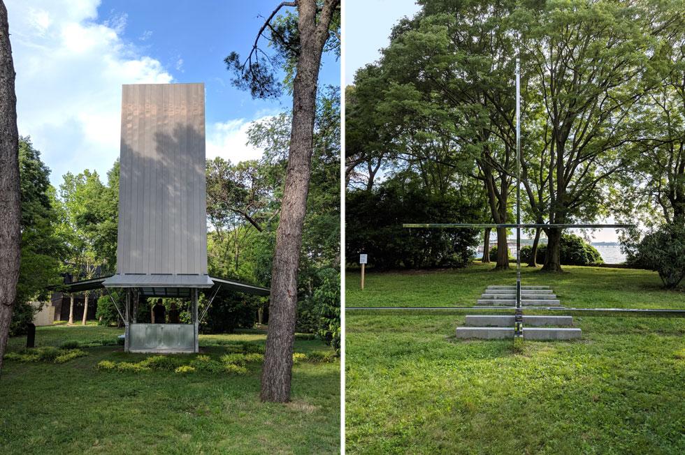 לא בכולם יש צלב, אבל בקאפלה של קרלה ג'ואסאבה הברזילאית (מימין) יש כזה, ומנקודות מבט מסוימות הוא מתפוגג על רקע היער. משמאל: הקאפלה של שון גודסל האוסטרלי, בהשראת מכולות ימיות ומגדלי הפעמונים של ונציה (צילום: מנור בראון)