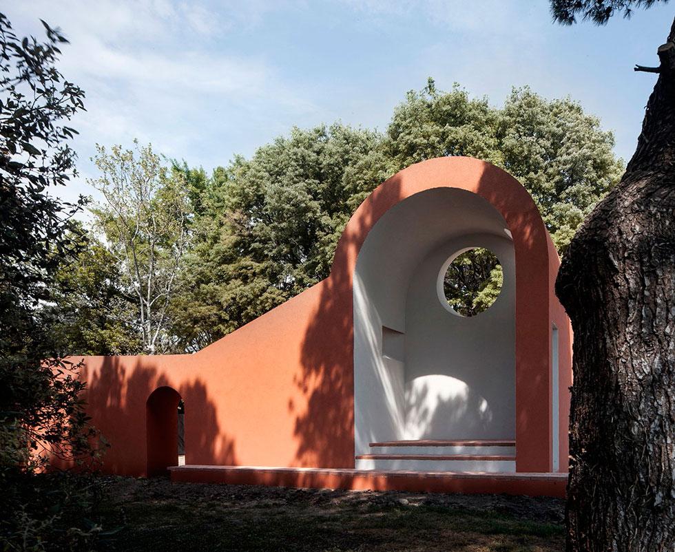 אווה פראטס ממשרד Flores&Prats  מברצלונה יצרה את ''קאפלת הבוקר'', שהפתח (אוקולוס) בראשה מותאם לזווית השמש בעת הזריחה (צילום: Alessandra Chemollo)