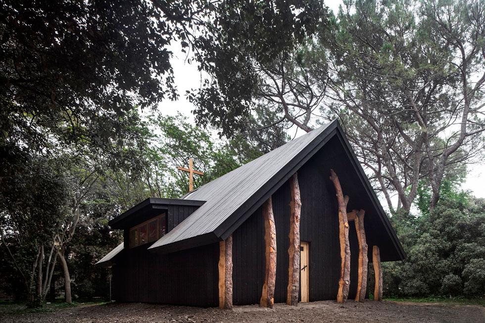 הנה הקאפלה של פוג'ימורי מבחוץ. הפרויקט נע על התפר שבין רוחניות חילונית לאמונה דתית נוצרית (צילום: Alessandra Chemollo)