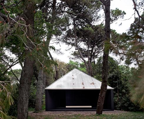 הקאפלה הצנועה של אנדרו ברמן. כל אדריכל בחר את המיקום על האי (צילום: Alessandra Chemollo)