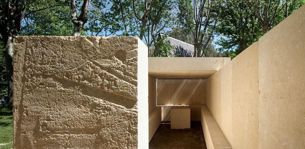 זה לא מבנה קבר, מדגיש האדריכל עטור הפרסים אדוארדו סוטו דה מורה, וזה גם לא בית תפילה. ''לא, זה לא'' - זו הכותרת לטקסט הנלווה לעבודה (צילום: Alessandra Chemollo)