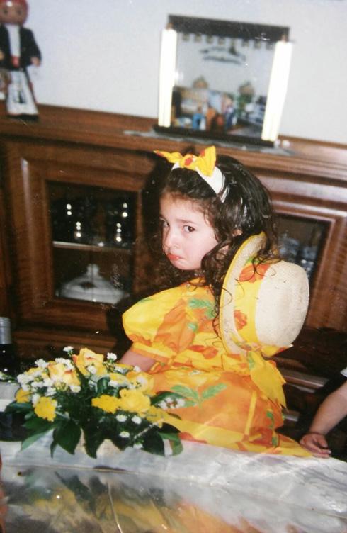 """רוויה בלום בילדותה בשווייץ. """"עוד מעט עוברים לישראל"""" (צילום: אלבום פרטי)"""
