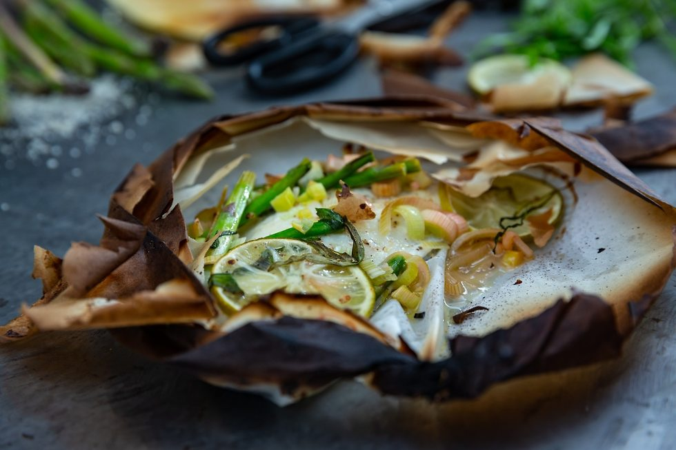 מוטי טיטמן מכין אספרגוס ודג בתנור (צילום: ירון ברנר)