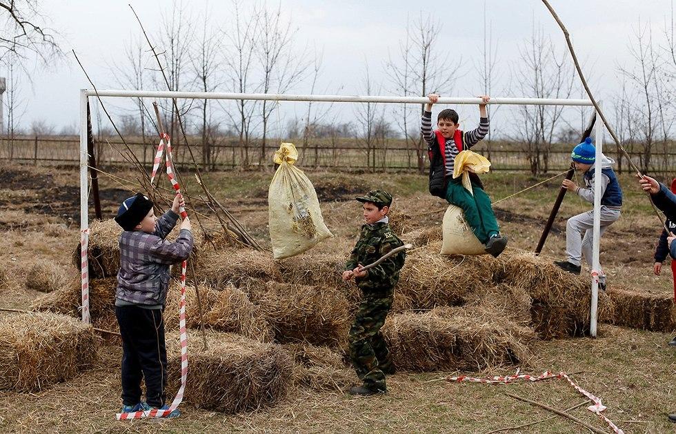 שער מחוץ לכפר ארחונסקאיה רפובליקת אוסטיה הצפונית אלאניה רוסיה (צילום: רויטרס)