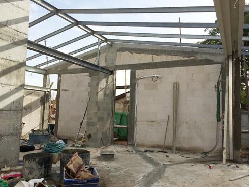 במהלך השיפוץ. הקירות נהרסו והגג הוגבה