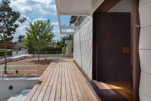 """גם החצר הקדמית """"לירית"""", כהגדרת האדריכליות  (צילום: גלית דויטש)"""