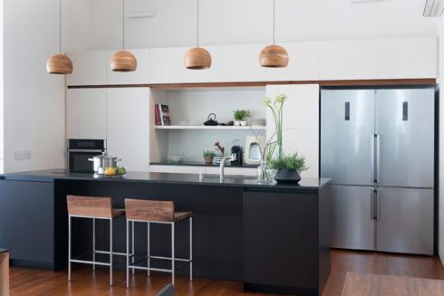 המטבח. לבן עם אי שחור (צילום: גלית דויטש)