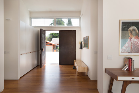 מבט מתוך הבית אל דלת הכניסה הרחבה  (צילום: גלית דויטש)