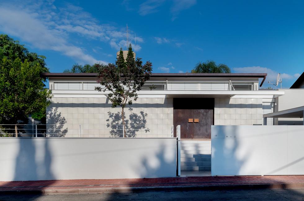 """מסגרת הבית הישן נשמרה, וכך גם שטחו - 140 מטרים רבועים. הגג הוגבה והקירות נבנו מחדש. """"האידיאל שלנו"""", מסבירות האדריכליות איריס ברגר ועילית גרינברג, """"היה להישאר נמוך וצנוע, ולהתחשב באופיו של הרחוב הוותיק""""  (צילום: גלית דויטש)"""