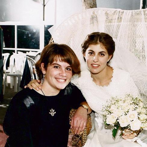 """מיכל פרץ עם רותי ז""""ל ביום חתונתה. """"כל אחד חווה את רותי אחרת, ואני כתבתי את רותי שלי"""""""