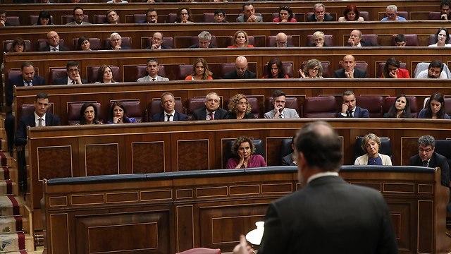 ראש ממשלת ספרד מריאנו ראחוי הצבעת אי אמון פרלמנט (צילום: EPA)