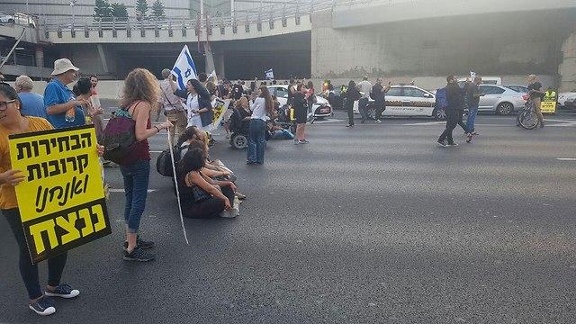 מחאת נכים וקשישים צומת עזריאלי (צילום: אמיר אלון)