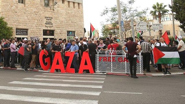 הפגנת הזדהות ותמיכה עם תושבי עזה בחיפה (צילום: אלעד גרשגורן)