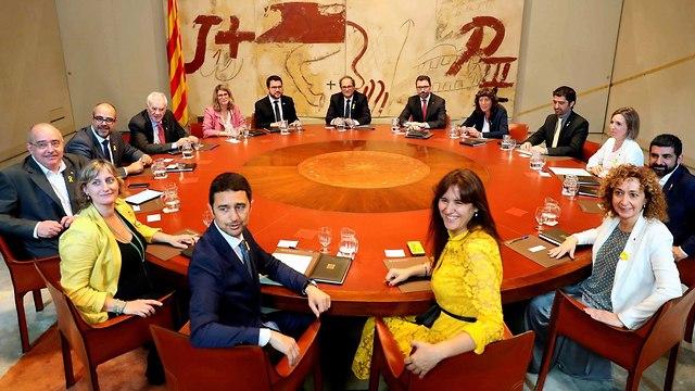 ספרד נשיא קטלוניה החדש קים טורה ישיבת ממשלה ראשונה (צילום: EPA)