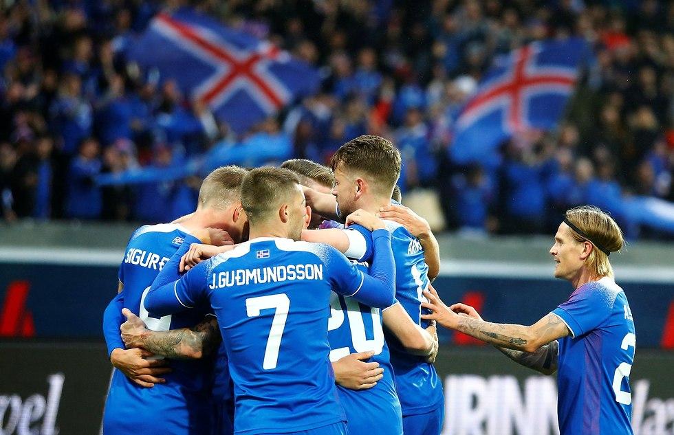 נבחרת איסלנד חוגגת (צילום: רויטרס)