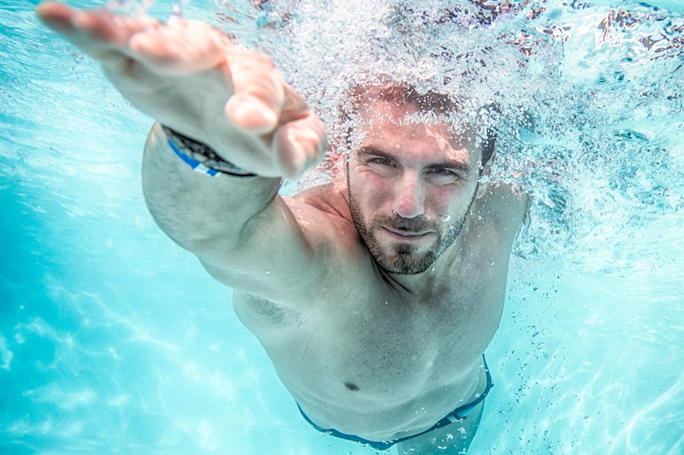 הטכניקה הנכונה שתמנע כאבי גב בשחיית חתירה (צילום: Shutterstock)