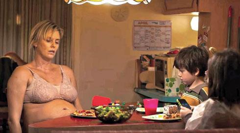 "שרליז ת'רון בסרט ""ואז הגיעה טלי"""