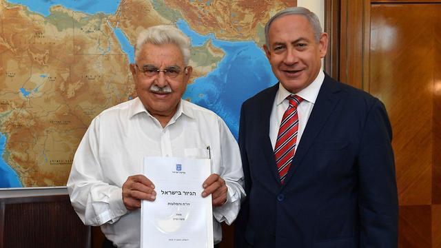 Nissim presents Netanyahu with the committee's recommendations  (Photo: Kobi Gideon/GPO)