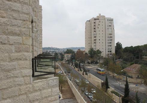 בניין המגורים שתכנן איתן בירושלים (ברקע) (צילום: מיכאל יעקובסון)