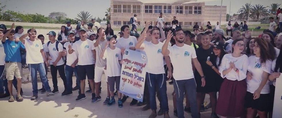 בני נוער שרים יחד במסגרת יום האחדות ()