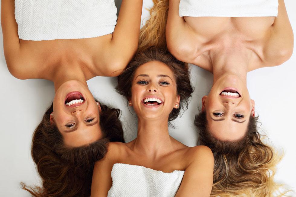 כמה פעמים חפפת את השיער בשמפו לשיער שמן למרות ששלך דק ושביר (וסגרת את הפינה במרכך של הילדה) או קרצפת את הפנים בסבון פנים שממש לא מתאים לסוג העור שלך? (צילום: Shutterstock)