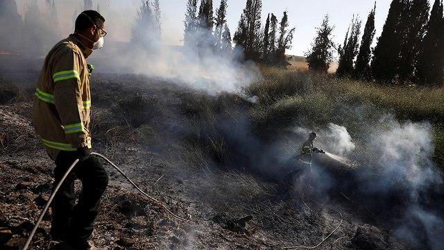 שריפה ליד קיבוץ ניר עם (צילום: רויטרס)