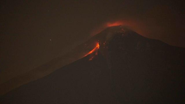 Vulcão em erupção (Foto: AP)