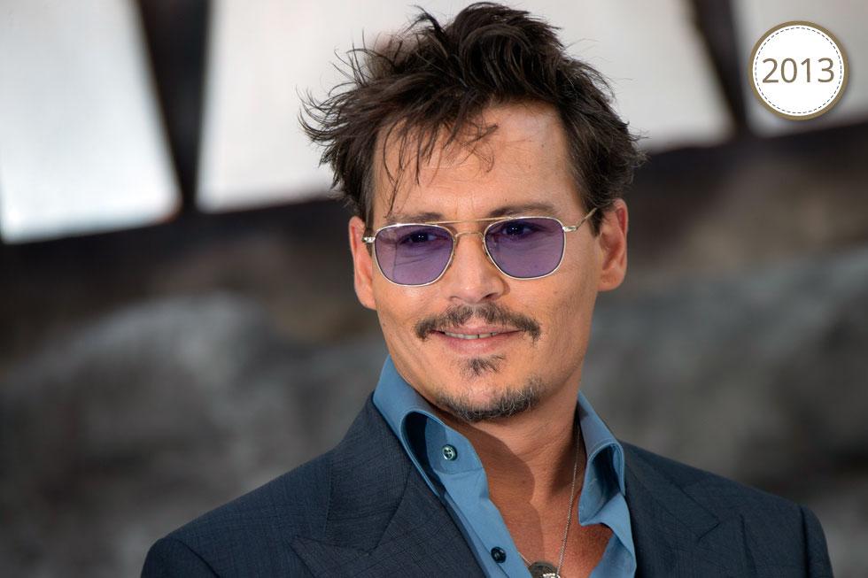 בגיל 50, עם משקפיים צבעוניים ובלורית (צילום: AP)